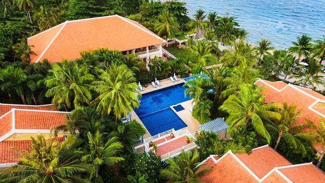high angle shot hotel palm 1488291 1 - Hal Penting Untuk Diperhatikan Saat Membangun Desain Rumah Villa